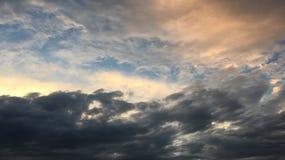 Mooie stormachtige hemel met wolkenachtergrond Donkere hemel met het onweer van de de aardwolk van het wolkenweer Donkere hemel m Royalty-vrije Stock Afbeeldingen