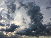 Mooie stormachtige hemel met wolkenachtergrond Donkere hemel met het onweer van de de aardwolk van het wolkenweer Donkere hemel m Stock Foto's