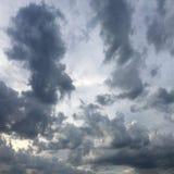 Mooie stormachtige hemel met wolkenachtergrond Donkere hemel met het onweer van de de aardwolk van het wolkenweer Donkere hemel m Royalty-vrije Stock Foto