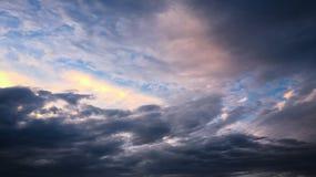 Mooie stormachtige hemel met wolkenachtergrond Donkere hemel met het onweer van de de aardwolk van het wolkenweer Donkere hemel m Royalty-vrije Stock Fotografie