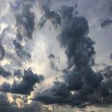 Mooie stormachtige hemel met wolkenachtergrond Donkere hemel met het onweer van de de aardwolk van het wolkenweer Donkere hemel m Royalty-vrije Stock Afbeelding