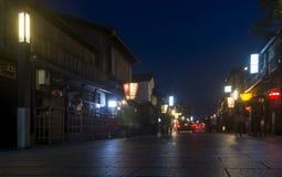 Mooie straat in het district van Gion bij het blauwe uur, Kyoto, Japan royalty-vrije stock foto