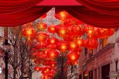 Mooie straat met Chinese lantaarns, stock foto's