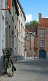 Mooie straat met fiets in Brugge, België royalty-vrije stock afbeeldingen