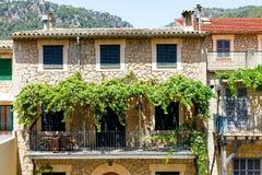 Mooie straat in Valldemossa met traditionele bloemdecoratie, beroemd oud mediterraan dorp van Majorca stock afbeelding