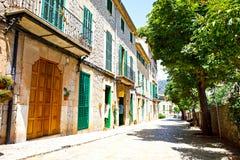 Mooie straat in Valldemossa met traditionele bloemdecoratie, beroemd oud mediterraan dorp van Majorca stock fotografie