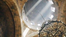 Mooie stralen van lichte pas door de koepel van Christian Church stock videobeelden