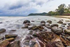 Mooie strand en steen bij Kood-Eiland Stock Foto