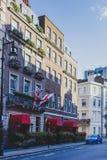Mooie straten met historische gebouwen in Mayfair, een afflu royalty-vrije stock foto's