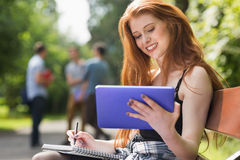 Mooie student die buiten op campus bestuderen Royalty-vrije Stock Foto's