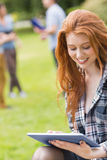 Mooie student die buiten op campus bestuderen Royalty-vrije Stock Afbeeldingen