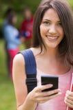 Mooie student die een tekst buiten op campus verzenden Royalty-vrije Stock Foto's