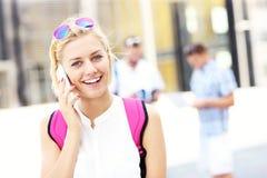 Mooie student die op de telefoon spreken Stock Foto's