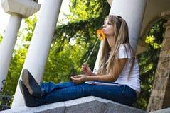 Mooie student met boeken en bloem stock fotografie