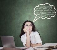 Mooie student met toespraakbel van multitaal Stock Foto's