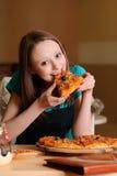 Mooie student in pizzeria Royalty-vrije Stock Afbeelding