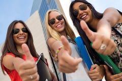Mooie studentenmeisjes die pret hebben bij de campus Stock Afbeelding