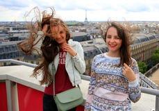 Mooie studentenmeisjes in Parijs stock afbeelding