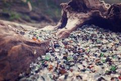 Mooie stukken glazige stenen in glazig strand, Californië stock foto's