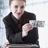 Mooie succes bedrijfsvrouw die het verbod van de 100 dollarmunt houden Royalty-vrije Stock Afbeelding