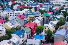 Mooie super brede hoek luchtmening van Reykjavik, IJsland met haven en horizonbergen en landschap voorbij de stad, gezien F Royalty-vrije Stock Foto's