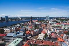 Mooie super brede hoek panoramische luchtmening van Riga, Letland met haven en horizon met landschap voorbij de stad royalty-vrije stock fotografie