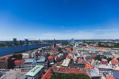 Mooie super brede hoek panoramische luchtmening van Riga, Letland met haven en horizon met landschap voorbij de stad stock fotografie
