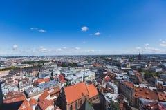 Mooie super brede hoek panoramische luchtmening van Riga, Letland met haven en horizon met landschap voorbij de stad stock afbeelding