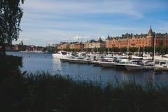 Mooie super brede hoek panoramische luchtmening van Stockholm Zweden met haven en horizon met landschap voorbij de stad royalty-vrije stock afbeeldingen