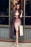 Mooie syulishvrouw die bij stadsstraat lopen Stock Afbeelding