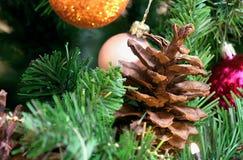 Mooie takken van een groene Nieuwjaarboom met grote kegels Verfraaid met heldere ronde ballen, slingers en verstralers royalty-vrije stock afbeelding