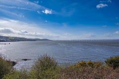 Mooie Tay en Tay Rail Bridge in Dundee met Duidelijke blauwe Skys in Schotland stock fotografie