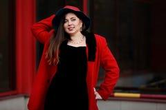 Mooie te zware vrouw in rode laag en hoed Stock Foto's