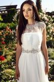 Mooie tedere bruid met donker haar in elegante huwelijkskleding Royalty-vrije Stock Afbeelding