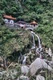 Mooie tempel met waterval in de Taroko-Kloof, Taiwan Stock Afbeeldingen