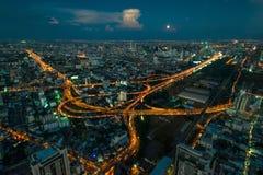 mooie Thais cityscape van een metropool bij nacht van een hoogte, royalty-vrije stock afbeeldingen