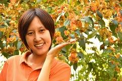 Mooie Thaise vrouwen met oranje bloem Stock Foto's