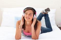Mooie tiener die aan de muziek luistert Stock Afbeeldingen