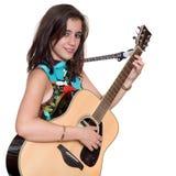 Mooie tiener die een akoestische guita speelt die op wit wordt geïsoleerd royalty-vrije stock foto
