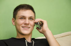 Mooie tiener die op slimme telefoon spreken Royalty-vrije Stock Foto