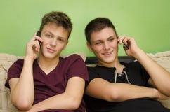 Mooie tiener die op slimme telefoon spreken Royalty-vrije Stock Foto's