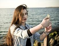 Mooie tiener die selfie neemt Royalty-vrije Stock Afbeelding