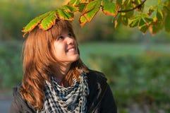 Mooie tiener die van zonnige de herfstdag geniet stock afbeeldingen