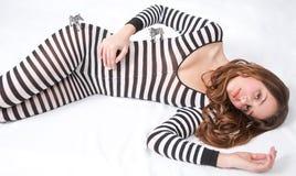 Mooie Tiener in Gestreepte Bodysuit met Stuk speelgoed Zebras Stock Foto's