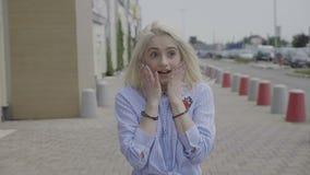 Mooie tiener golvende handen die overweldigend geluk of blije opwinding uitdrukken bij ongelooflijk iets - stock video