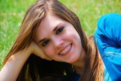 Mooie Tiener in Gras Royalty-vrije Stock Afbeelding