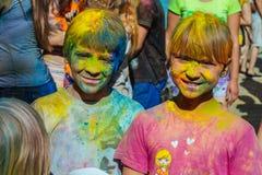 Mooie tiener in het festival van kleuren Stock Foto's