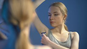 Mooie tiener het scheren okselvoorzijde van badkamersspiegel, lichaamsverzorging, hygiëne stock footage