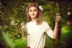 Mooie tiener 10 jaar oud met de lange tribunes van het blondehaar Royalty-vrije Stock Foto's