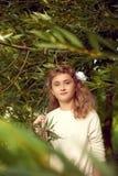 Mooie tiener 10 jaar oud met de lange tribunes van het blondehaar Stock Afbeeldingen